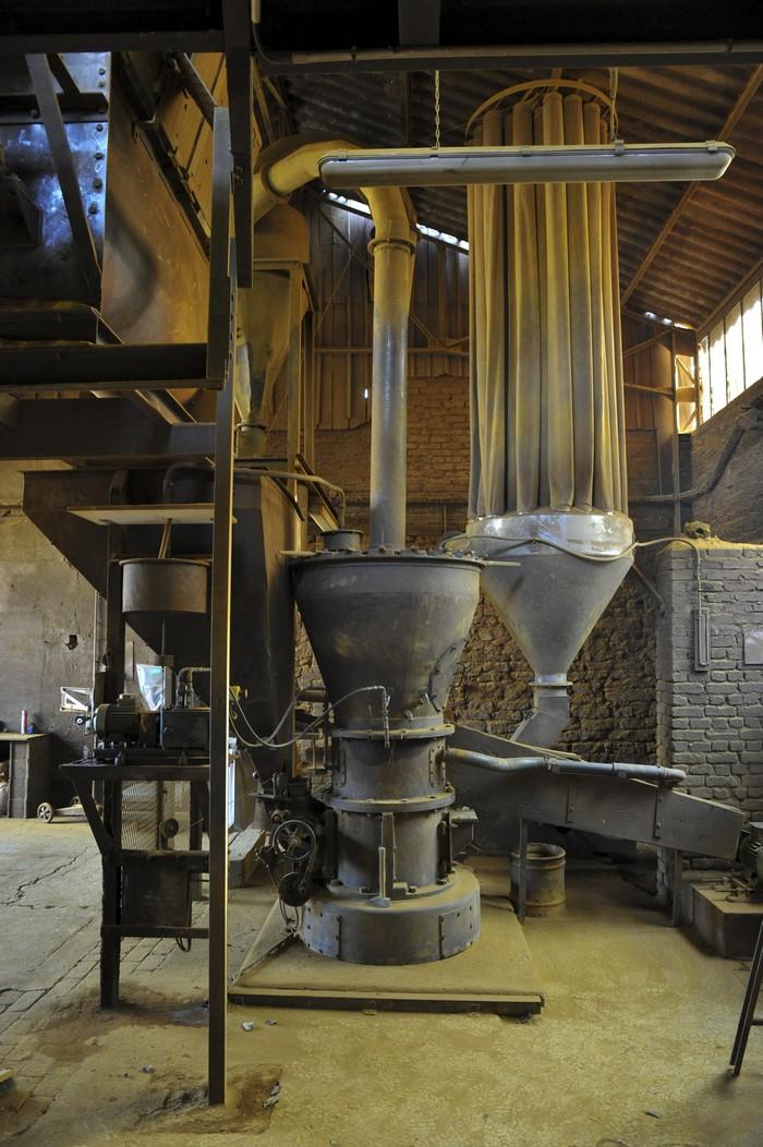 le broyeur lors d'une facbrication d'ocre de Bourgogne